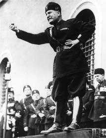 Italian-fascist-dictator-Benito-Mussolini-shaking-his-fist-during-a-speech