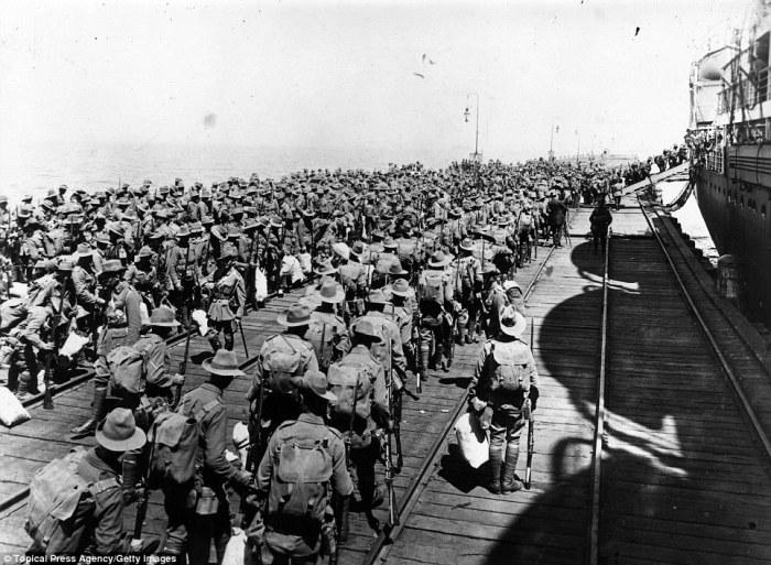1914 Melbourne Limanı Anzak askerleri Gelibolu savaşı için yola çıkıyor