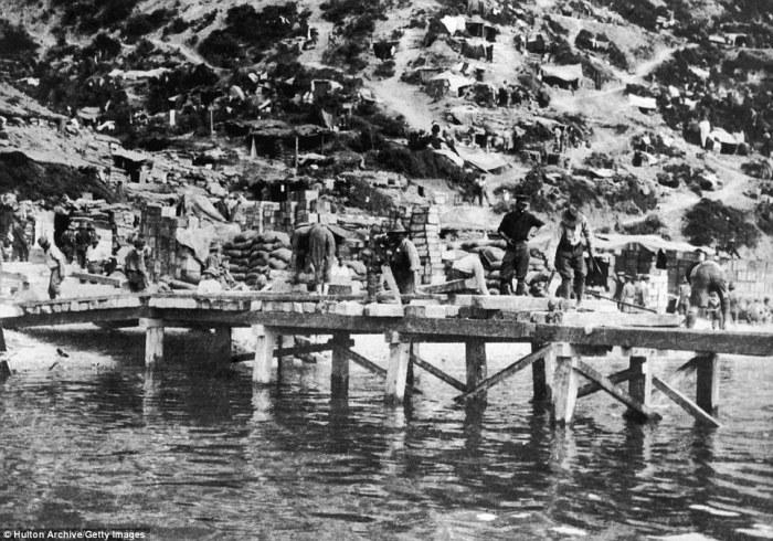 1915 Müttefik askerleri iskele inşa ediyor